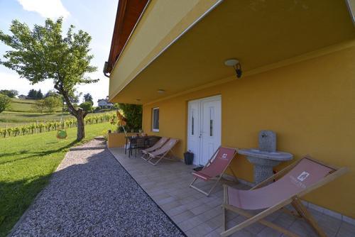 Studio s terasom - Pogled na ulaz, terasu i vrt, sa vlastitim stolom i sjedalima i ležaljkama